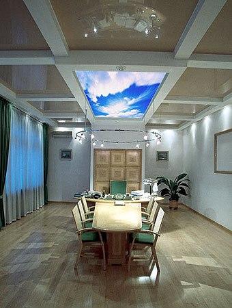 Полупрозрачный натяжной потолок в офисе с фотопечатью и подсветкой